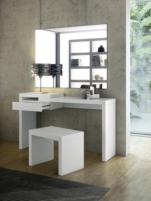Wit klein bureau met een witte kruk en een zwarte lamp