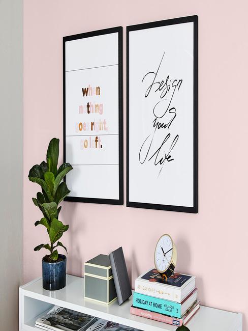 roze muur met een klein wit bureau