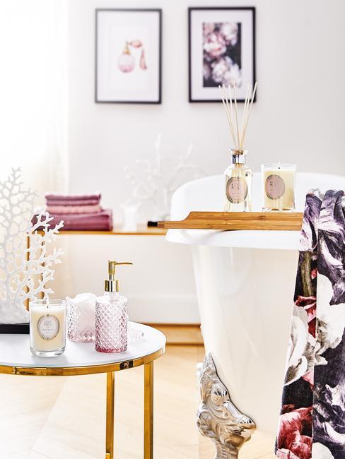 wit liigbad met een wit met gouden ronde tafel en roze zeep