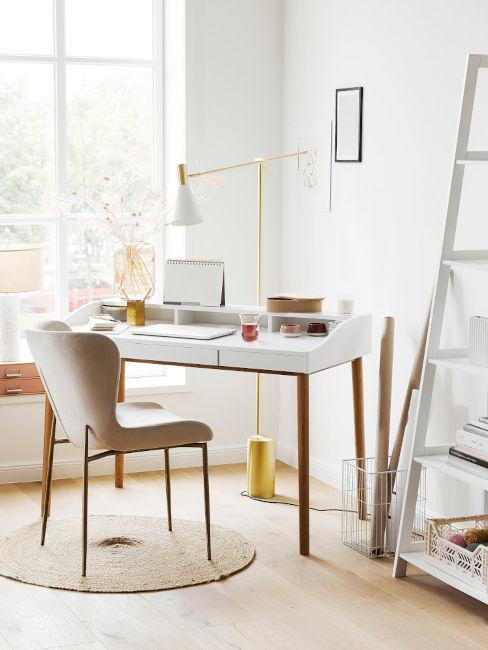homeoffice met licht wit bureau en roze bureaustoel