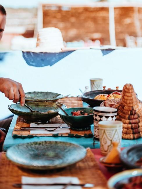 Suikerfeest diner buiten met kleurrijke schalen en borden