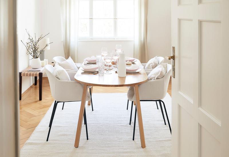 crème kleurige eetkamer met houten tafel