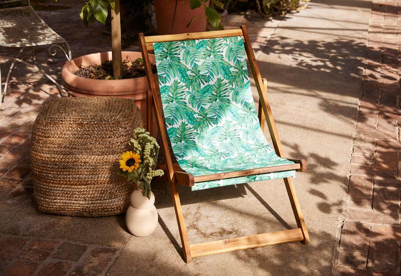 Ligstoel van hout en blauw textiel