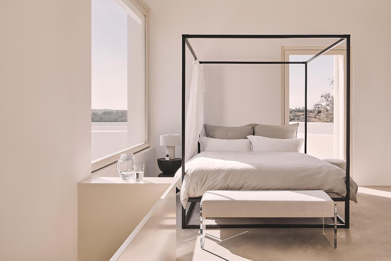 Eenvoudig hemels slaapkamer met hemelbed