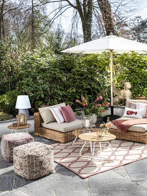 Lounge meubels van bamboe op wit met terracotta vloerkleed met parasol