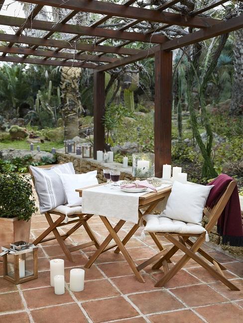Houten tuinset onder houten pergola