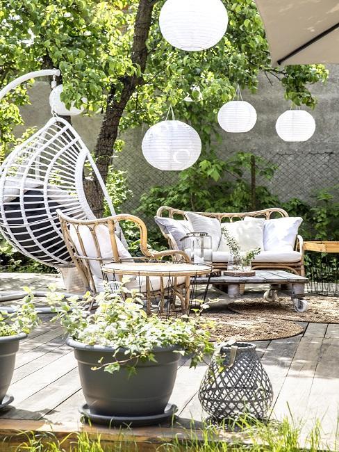 tuinset met witte loungekussens
