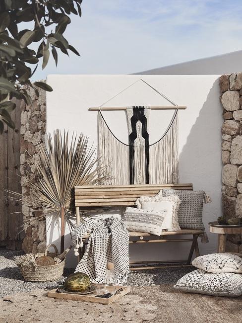 Boho style muur in achtertuin met rotan meubels