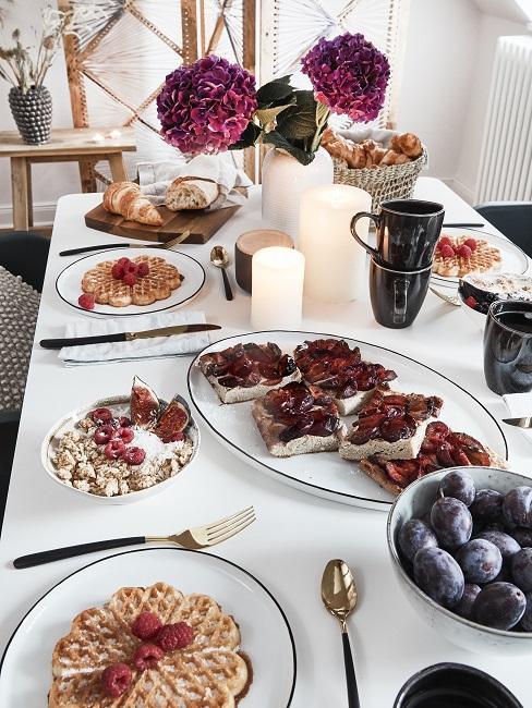 Moederdagontbijt zoet gebak op witte tafel met