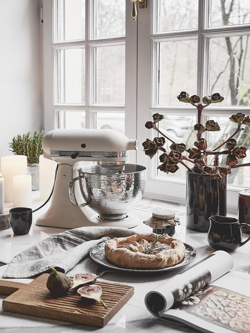 Cadeau schoonzus keukenmachine in keuken met gebak