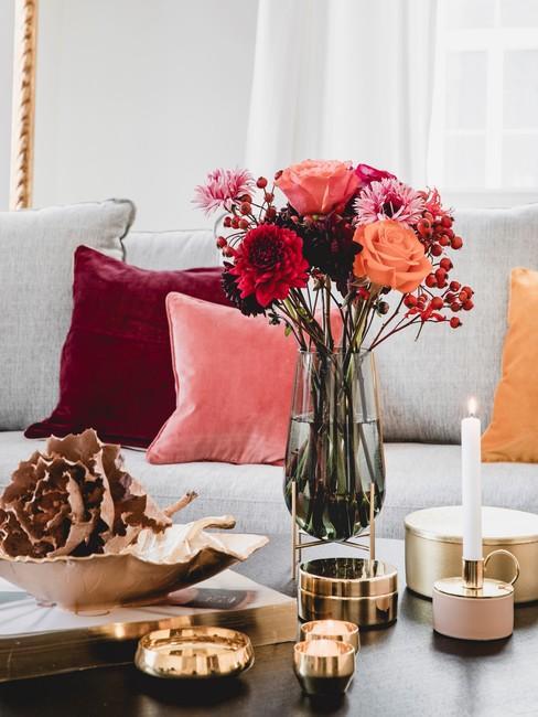 Bos bloemen op salontafel in de kleuren rood oranje en oud roze