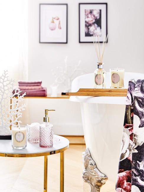 Cadeau mama Badkamer met klassiek bad en paarse accessoires