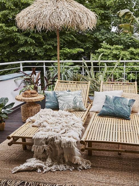 tropische balkon decoratie met witte en groene kussens op rotan ligbedden