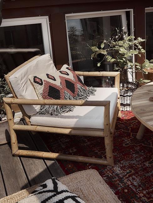 balkon meubels met witte kussens