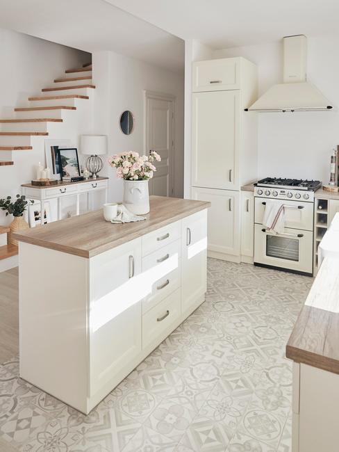 Keuken in cottage stijl met witte meubels