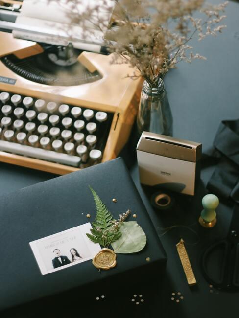houten typemashine met een zwarte envelop