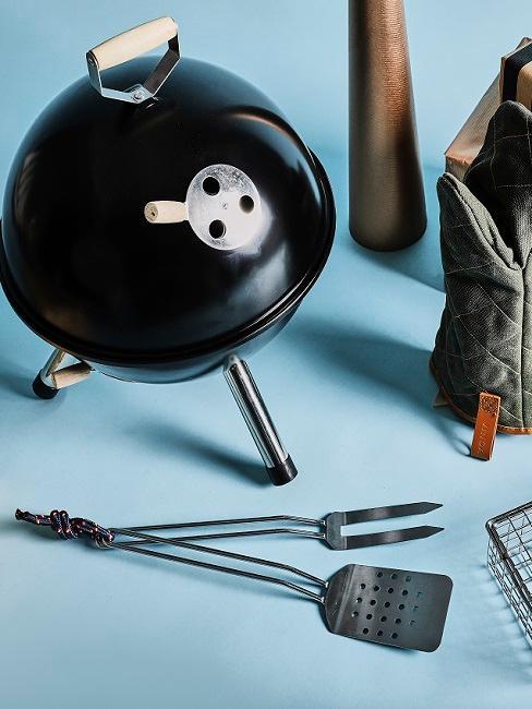 Valentijnscadeau voor hem Barbecue op blauwe ondergrond met accessoires