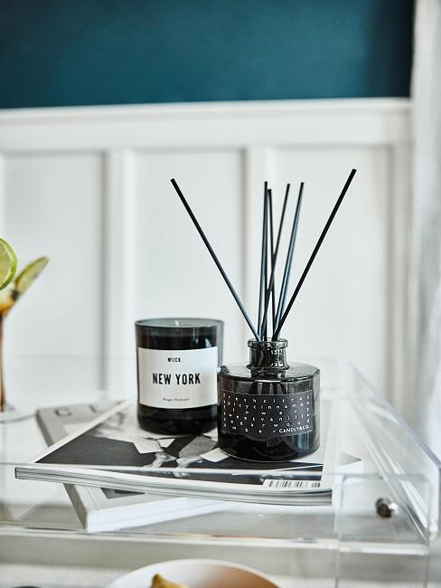 Aroma diffuser op glazen salontafel met witte achtergrond