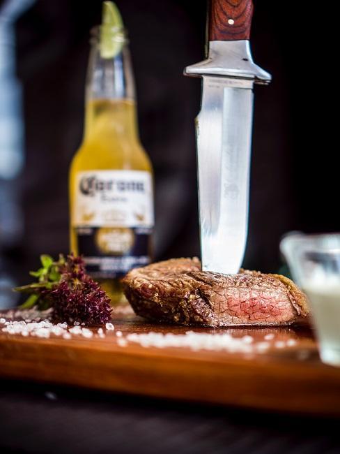 barbecue-cadeau: mes op een stuk vlees en een corona biertje