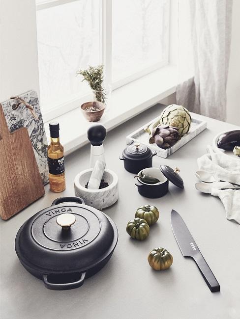 barbecue-cadeau: met een zwarte pan op een witte tafel