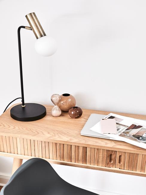 houten bureau met een zwart gouden lamp