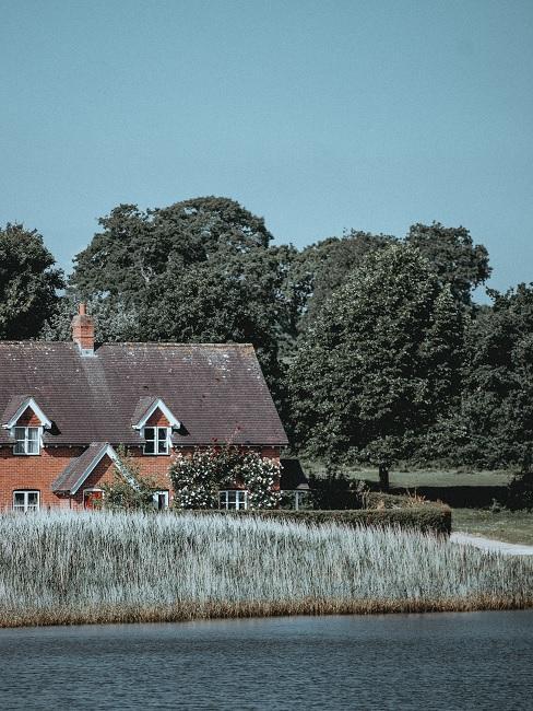 landelijk huis in de natuur met bomen op de achtergrond