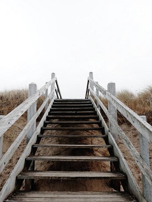 Houten trap over duin naar strand