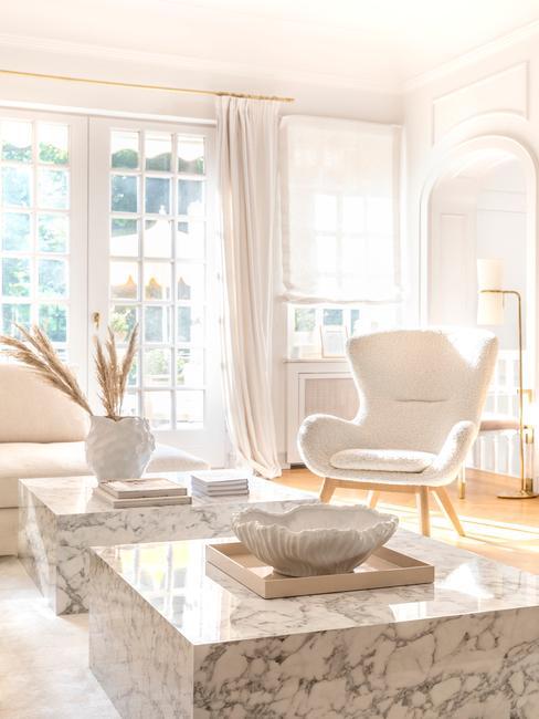 Huiskamer met kleur wit als boventoon in accessoires en meubels