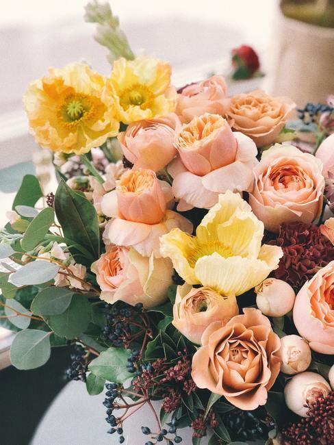 Pastelkleuren bloemen gele en oud roze rozen