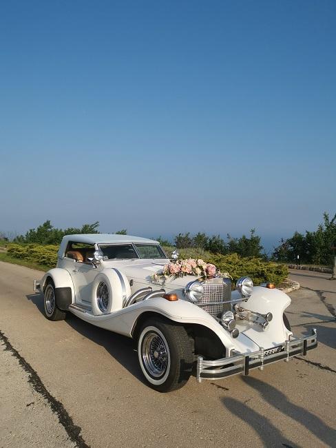 Witte auto met bruiloft decoratie