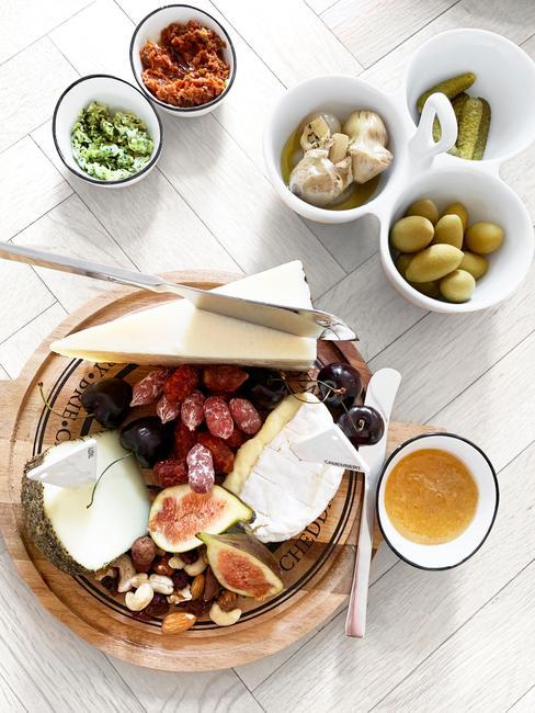Rijk gedekte tafel met voorgerechten en hoofdmaaltijden en drankjes