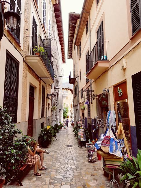 Trouwen in het buitenland een charmante straat in Spanje met kleine huisjes