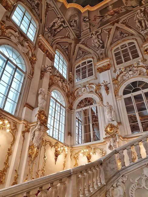 Zoom in op de muur en ramen van het monumentale kasteel in winterse aura