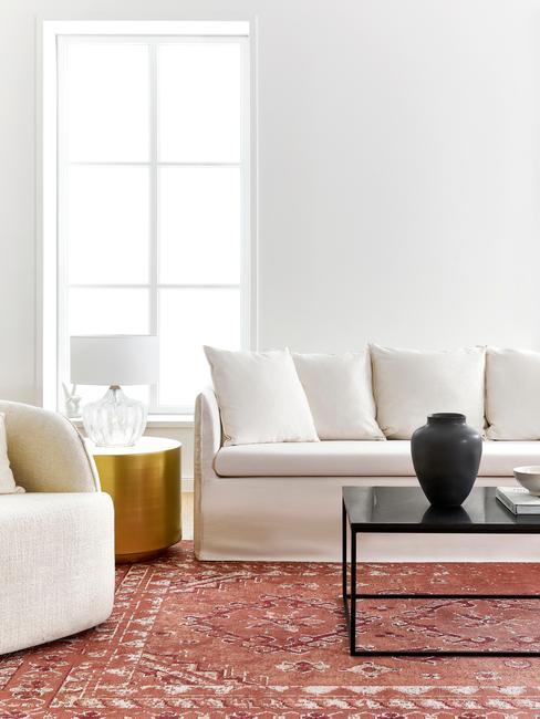 Een moderne woonkamer in witte en zachte kleuren