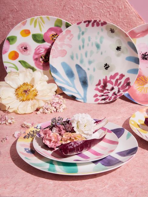 Oud roze servies met bloemen