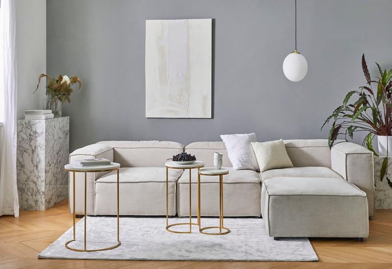 beige lennon bank in minimalistisch interieur