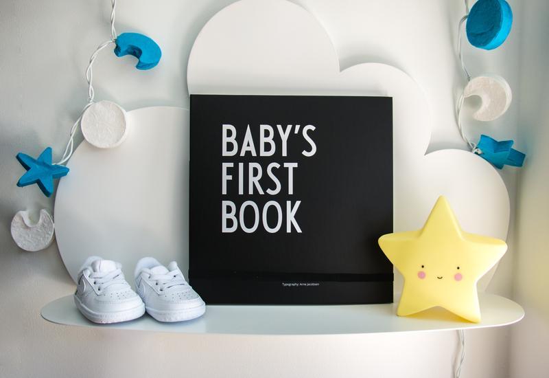 baby schoenen met zwart bord met letters
