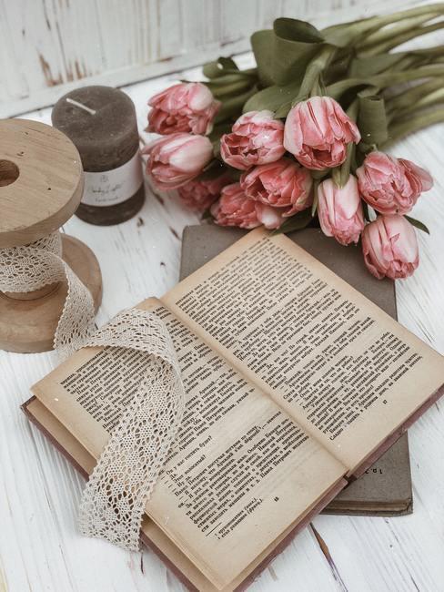 Decoratie uit een boek en roze bloemen in mid-century modern interieur