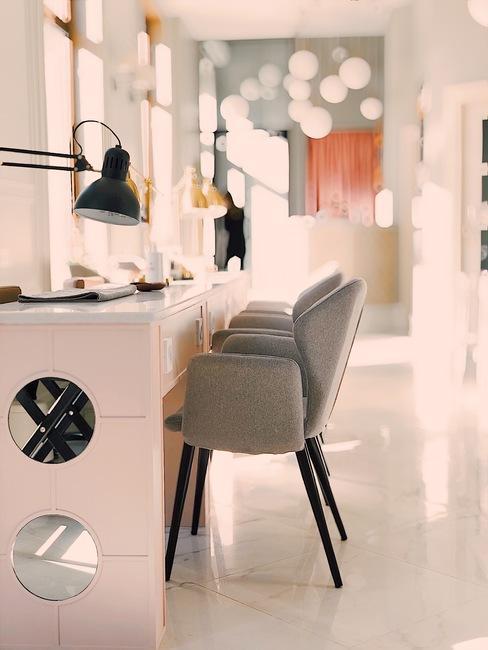 Modern interieur van het appartement met grijze fauteuils