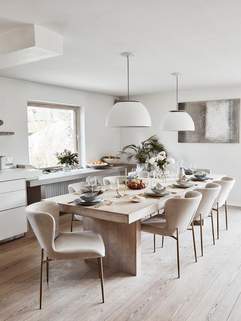 houten lange tafel met stoelen met beige kleur en gouden poten