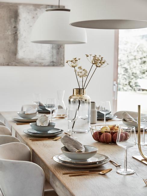 Najaarstrend 2020 lange tafel met beige stoel en witte hanglampen