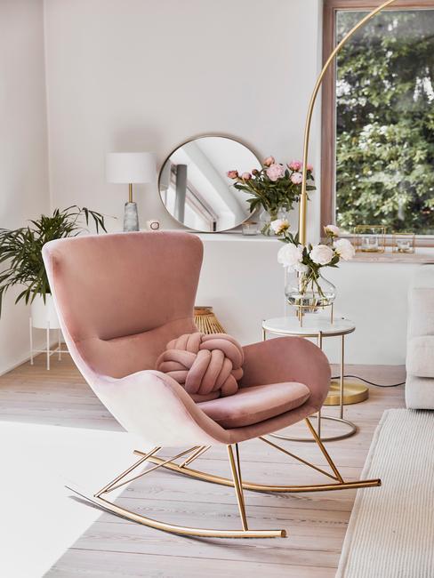 Romantisch interieur Schommelstoel oud roze