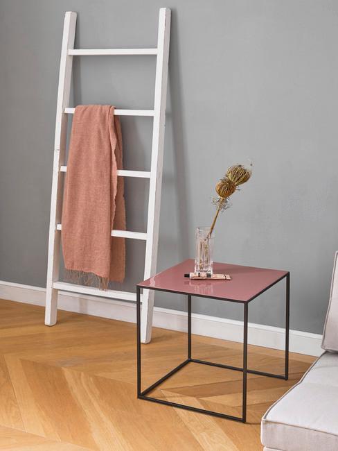 Grijs interieur met houten accessoires en houten decoratie ladder