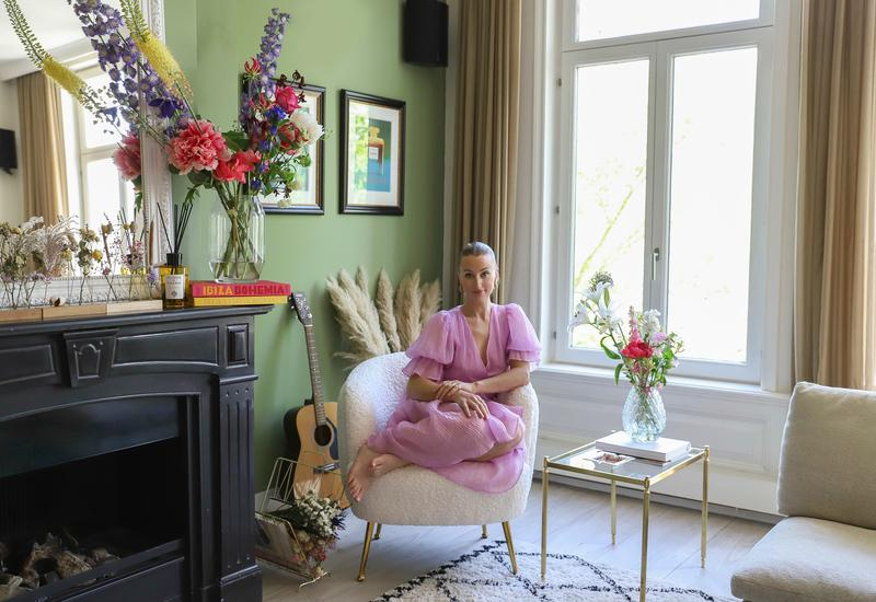 Noor de Groot Queen of Jetlags Portrait in de woonkamer