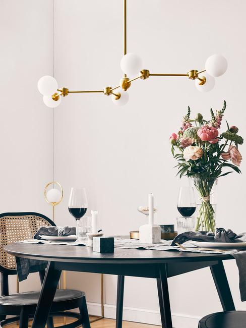 Eetkamertafel opgedekt met lamp