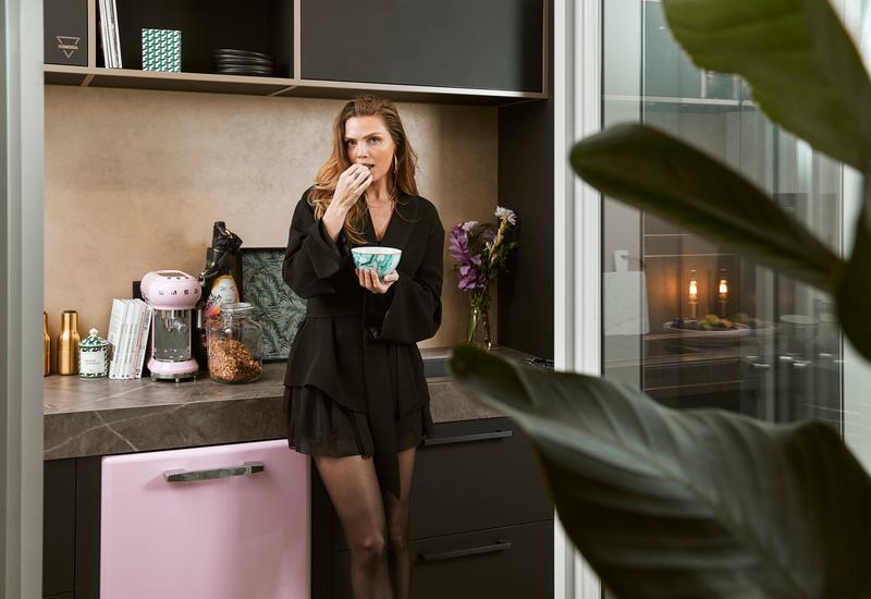 Kim in keuken met roze smeg koelkast en koffiemachine
