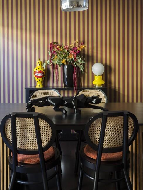 zwarte tafel met houten stoelen voor een retro stijl