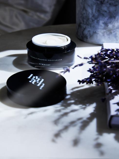 Feng-Shui-Badkamer: met marmer en een zwart beautyproduct