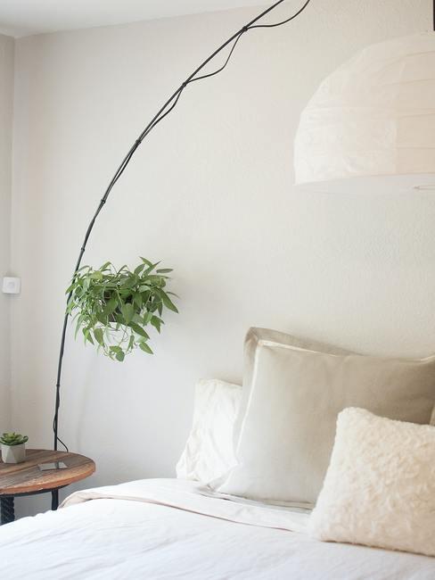 Feng shui huis: slaapkamer in wit, met witte beddengoed en groene plant