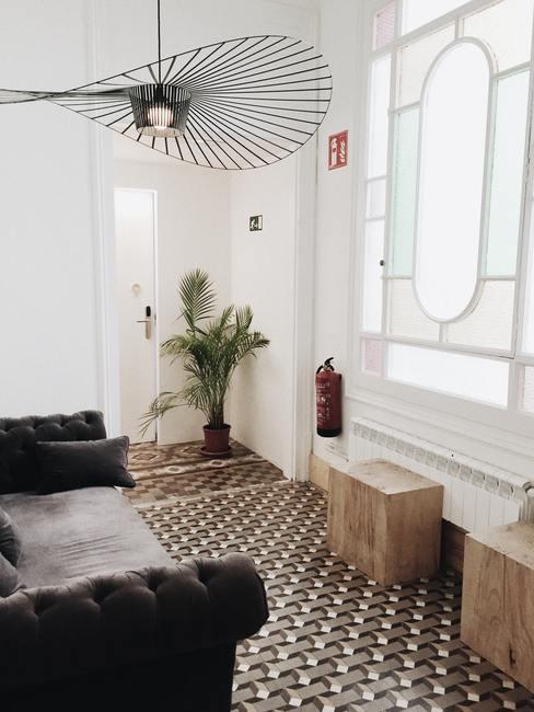 Feng shui huis: woonkamer met zwarte zitbank en grote zwarte hanglamp